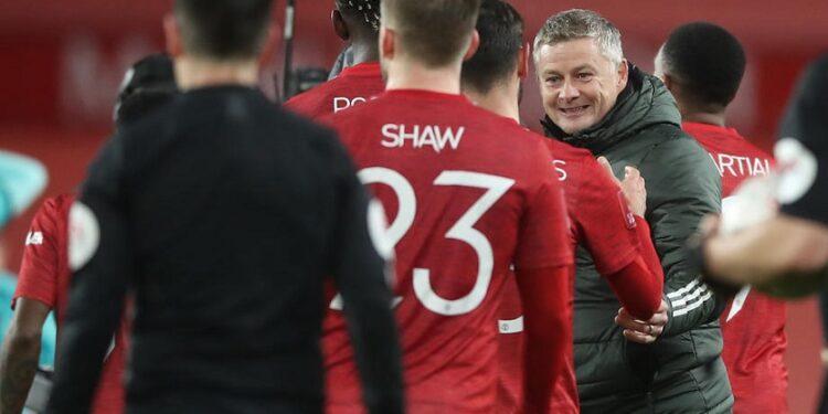 Manajer Manchester United Ole Gunnar Solskjaer merayakan kemenangan bersama anak asuhnya saat melawan Liverpool di Putaran Keempat Piala FA