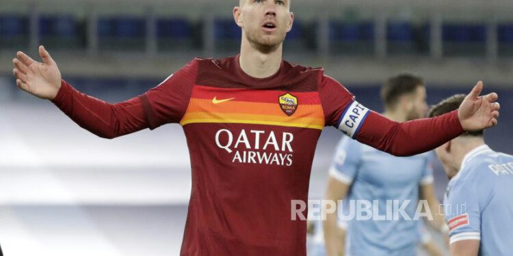 Penyerang AS Roma Edin Dzeko.