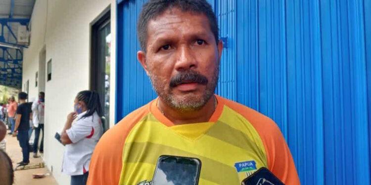 Eduard Ivakdalam, pelatih tim sepakbola PON Papua   Foto via jubi.co.id