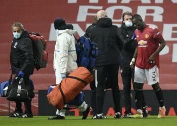 Pemain Manchester United, Eric Bailly (kanan), ditarik keluar lapangan akibat mengalami cedera saat menghadapi Watford di laga putaran ketiga Piala FA di Stadion Old Trafford, Manchester, Sabtu (9/1).