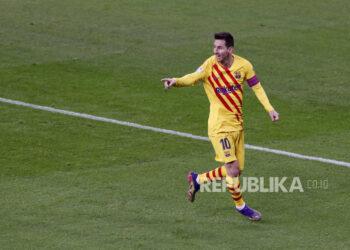 Striker FC Barcelona Leo Messi merayakan setelah mencetak gol 1-2 selama pertandingan sepak bola LaLiga Spanyol antara Athletic Bilbao dan FC Barcelona yang diadakan di stadion San Mames, di Bilbao, Spanyol utara, 06 Januari 2021.