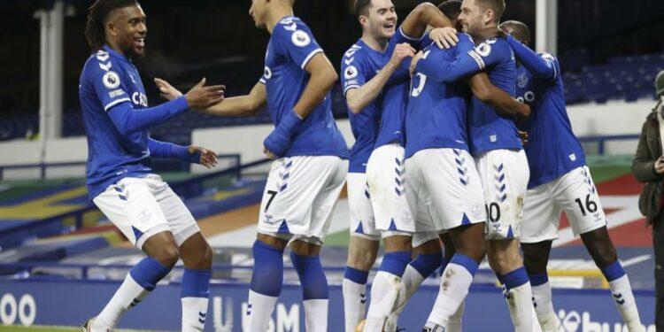 Para pemain Everton merayakan kemenangan.