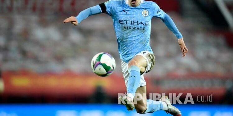 Gelandang Manchester City Phil Foden mengontrol bola.