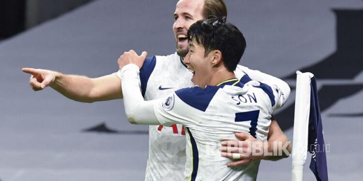 Son Heung-min dari Tottenham, kanan, yang mencetak gol pertama timnya, merayakan dengan Harry Kane dari Tottenham, kiri, yang mencetak gol kedua timnya, selama pertandingan sepak bola Liga Premier Inggris antara Tottenham Hotspur dan Arsenal di Tottenham Hotspur Stadium di London, Inggris , Minggu, 6 Desember 2020.
