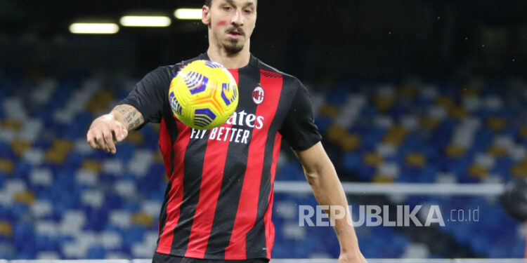 Penyerang Milan Zlatan Ibrahimovic beraksi saat pertandingan sepak bola Serie A Italia Napoli vs Milan di stadion San Paolo di Naples, Italia, 22 November 2020.