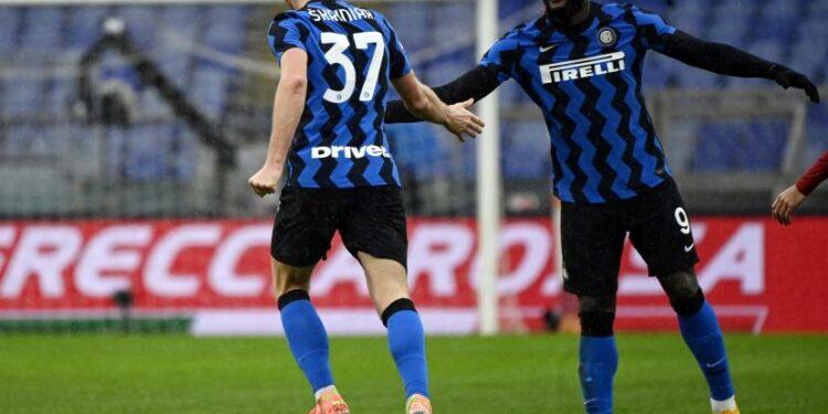 Milan Skriniar merayakan gol ke gawang AS Roma.
