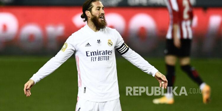 Isyarat Sergio Ramos dari Real Madrid selama pertandingan sepak bola semifinal Piala Super Spanyol antara Real Madrid melawan Athletic Bilbao di stadion La Rosaleda di Malaga, Spanyol, Kamis, 14 Januari 2021. Athletic Bilbao menang 2-1 dan akan bermain di final.