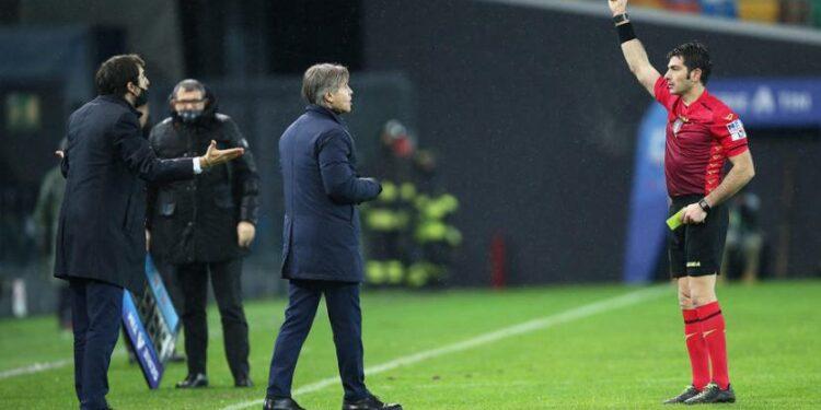 Wasit Fabio Maresca (kanan) memberikan kartu merah kepada pelatih Inter Milan Antonio Conte dalam laga kontra Udinese di Serie A, Ahad (24/1) WIB.