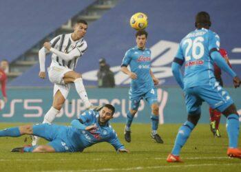 Penyerang Juventus Cristiano Ronaldo (kiri) saat menghadapi Napoli di Piala Super Italia.