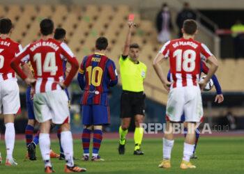Bintang Barcelona Lionel Messi (no 10) saat menerima kartu merah.