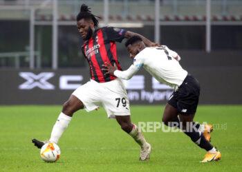 Franck Kessie (kiri) Milan beraksi melawan pemain Lille Jonathan Bamba (kanan) selama pertandingan sepak bola grup H Liga Eropa UEFA antara AC Milan dan Lille OSC di stadion Giuseppe Meazza di Milan, Italia, 05 November 2020.