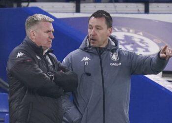 Pelatih kepala Aston Villa Dean Smith, kiri, dan asisten pelatih kepala John Terry.