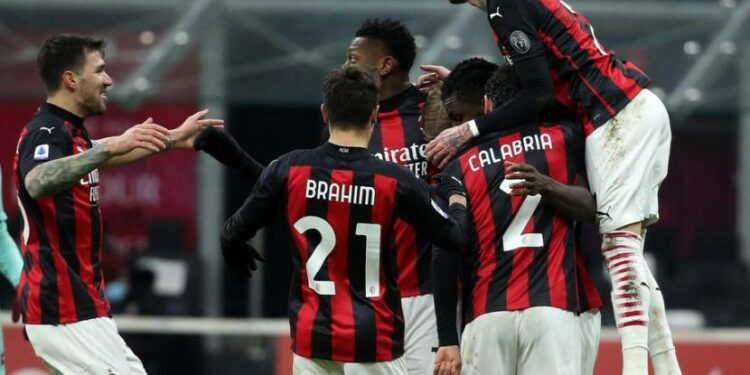 Para Pemain AC Milan tengah merayakan kemenangan atas Torino.
