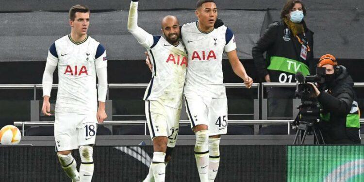 Penyerang Tottenham Hotspur Carlos Vinicius (kanan) merayakan golnya.