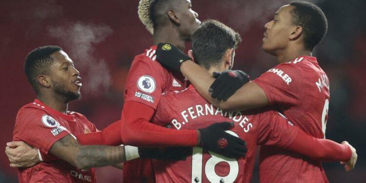 Pemain Manchester United, Bruno Fernandes, (18), merayakan bersama rekan satu timnya setelah mencetak gol ke-2 bagi timnya dari titik penalti selama pertandingan sepak bola Liga Premier Inggris antara Manchester United dan Aston Villa di Old Trafford di Manchester, Inggris, Jumat, Jan. 1, 2021.