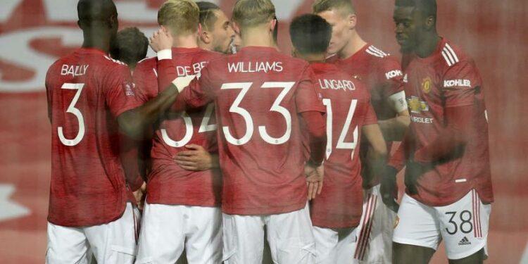 Para pemain Manchester United berkumpul merayakan gol Scott McTominay (kedua kanan) pada laga Piala FA kontra Watford di Old Trafford, Ahad (10/1) dini hari WIB. United menang 1-0.