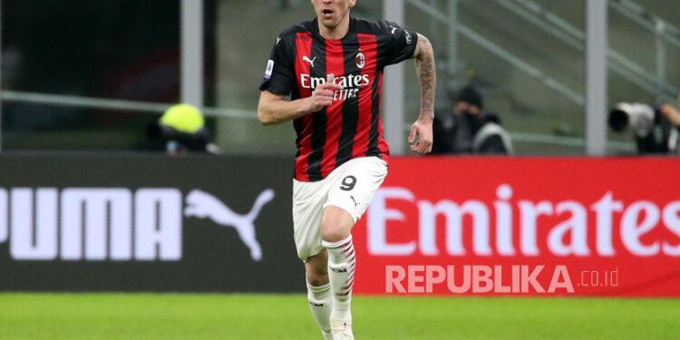 Aksi penyerang anyar AC Milan Mario Mandzukic saat melawan Atalanta. Mandzukic diragukan bela Milan hadapi Inter Milan di Coppa Italia.
