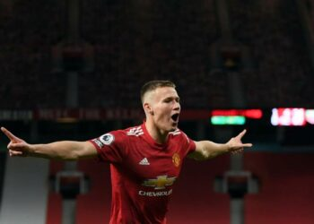 Gelandang Manchester United, Scott McTominay, melakukan selebrasi usai mencetak gol dalam laga lawan Watford di putaran ketiga Piala FA pada Sabtu (9/1).
