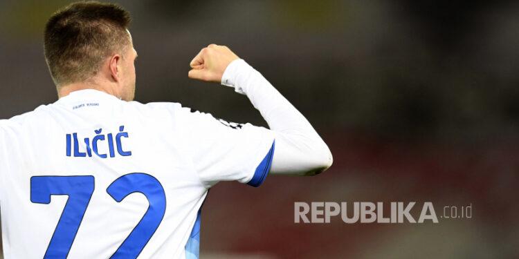 Josip Ilicic dari Atalanta melakukan selebrasi setelah mencetak gol pembuka timnya selama pertandingan sepak bola grup D Liga Champions antara Liverpool dan Atalanta di stadion Anfield di Liverpool, Inggris, Rabu, 25 November 2020.