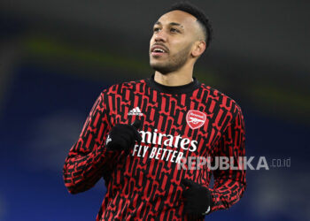 Pierre-Emerick Aubameyang dari Arsenal melakukan pemanasan sebelum pertandingan sepak bola Liga Premier Inggris antara Brighton & Hove Albion FC melawan Arsenal London di Brighton, Inggris, 29 Desember 2020.