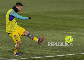 Pemain Barcelona Lionel Messi menendang bola saat pemanasan menjelang pertandingan.