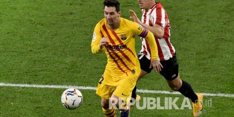Pemain Barcelona Lionel Messi berlari dengan bola pada pertandingan sepak bola La Liga Spanyol antara Athletic Bilbao dan Barcelona di Stadion San Mames di Bilbao, Spanyol, Kamis (7/1) dini hari WIB.