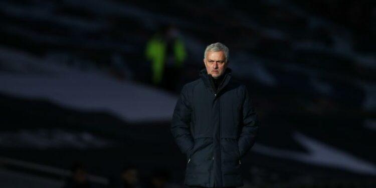 Manajer Tottenham Jose Mourinho berdiri di pinggir lapangan selama pertandingan sepak bola Liga Utama Inggris antara Tottenham Hotspur dan Leeds United di Stadion Tottenham Hotspur di London, Inggris, Sabtu, 2 Januari 2021.