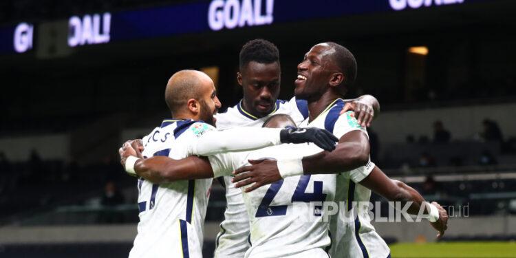 Moussa Sissoko dari Tottenham (kanan) merayakan gol pembuka timnya selama pertandingan sepak bola semifinal Piala Carabao Inggris antara Tottenham Hotspur dan Brentford di London, Inggris, 05 Januari 2021.