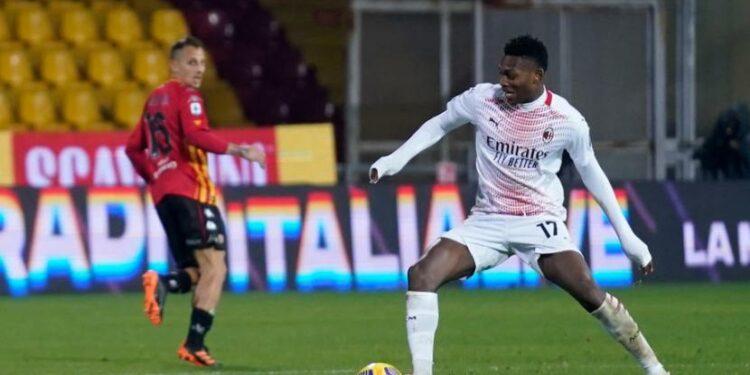 Penyerang AC Milan Rafael Leao beraksi saat menghadapi Benevento di Serie A, Senin (4/1) dini hari WIB. Leao menyumbang satu gol dalam kemenangan Milan 2-0.
