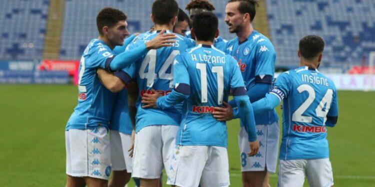 Para pemain Napoli merayakan gol ke gawang Cagliari.