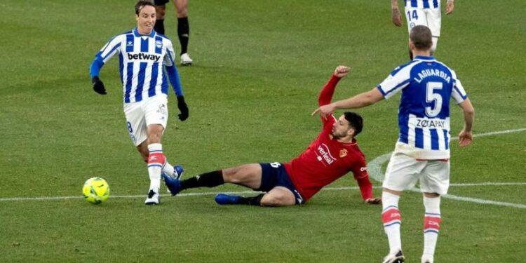 Laga Osasuna (kostum merah) melawan Alaves di La Liga berakhir imbang 1-1.