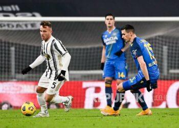 Pemain Juventus Arthur Melo (kiri), dan pemain Udinese Kevin Lasagna memperebutkan bola pada pertandingan sepak bola Serie A Italia antara Juventus dan Udinese di Stadion Allianz di Turin, Italia, Senin (4/1) dini hari WIB.