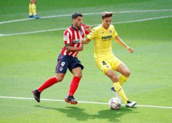 Penyerang Atletico Madrid Luis Suarez mencoba merebut bola dari pemain belakang Villarreal Pau Torres (kanan).