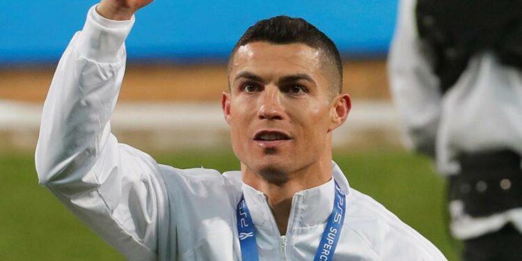 Cristiano Ronaldo seusai menerima trofi juara Piala Super Italia.