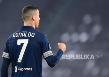 Pemai Juventus Cristiano Ronaldo merayakan gol ketiga timnya dalam pertandingan sepak bola Serie A Italia Juventus FC vs US Sassuolo Calcio di Allianz Stadium di Turin, Italia, Senin (11/1) dini hari WIB.