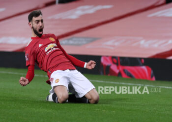 Manchester United's Bruno Fernandes celebrates after scoring the lead 3-2 during the English FA Cup fourth round football match between Manchester United and Liverpool in Manchester, English, 24 January 2021.