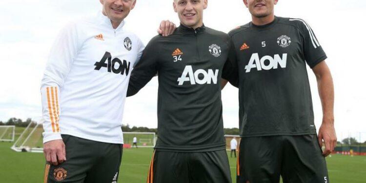 Van de Beek (tengah) bersama Solksjaer dan Maguire.