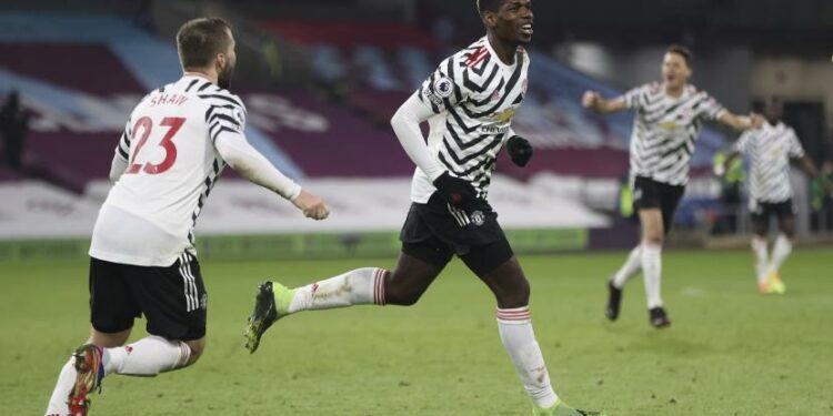 Gelandang MU Paul Pogba (tengah) merayakan gol ke gawang Burnley dalam lanjutan Liga Primer Inggris, Rabu (13/1) WIB.