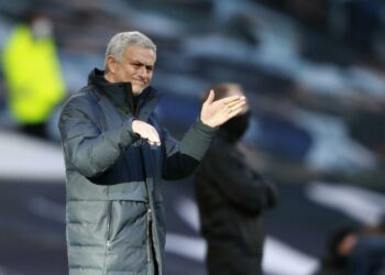 Manajer Tottenham Jose Mourinho memberikan instruksi dari garis samping selama pertandingan sepak bola Liga Premier Inggris antara Tottenham Hotspur dan Leeds United di Stadion Tottenham Hotspur di London, Inggris, Sabtu, 2 Januari 2021.