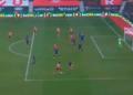 Bek sayap Walker-Peters menggiring bola, sebelum melepaskan tembakan yang berujung gol akibat kesalahan antisipasi pemain Arsenal Gabriel Magalhaes. Arsenal akhirnya kalah 1-0 atas Southampton dalam lanjutan Piala FA, Sabtu (23/2).