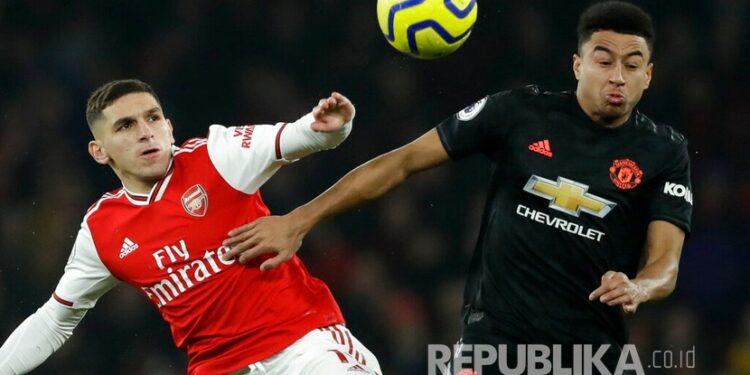 Pemain Arsenal Lucas Torreira (kiri)  berebut bola dengan pemain Manchester United Jesse Lindgard (kanan), pada pertandingan sepak bola Liga Primer Inggris antara Arsenal dan Manchester United di Stadion Emirates di London, Kamis (2/1) dini hari WIB.
