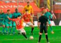 Tendangan bebas Bruno Fernandes sukses menjebol gawang Liverpool, Senin (25/1)