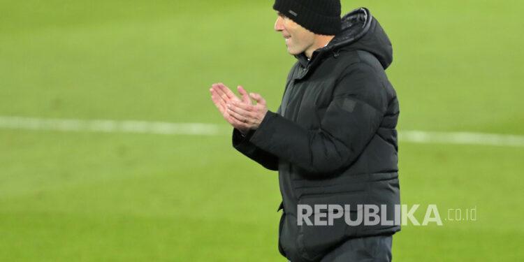 Pelatih Real Madrid Zinedine Zidane memberi isyarat saat mengikuti aksi timnya selama pertandingan sepak bola La Liga Spanyol.
