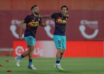 Dua pemain Barcelona, Jordi Alba (kiri) dan Lionel Messi sedang berlatih.