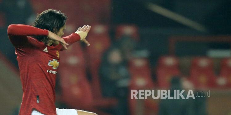Striker Manchester United Edinson Cavani usai mencetak gol.