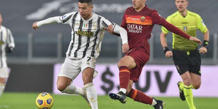 Bintang Juventus Cristiano Ronaldo (kiri) dihalangi pemain AS Roma, Gonzalo Villar, dalam laga lanjutan Serie A Liga Italia, Ahad (7/2) dini hari WIB.