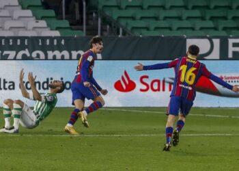 Francisco Trincao dari Barcelona (tengah) merayakan golnya pada pertandingan sepak bola La Liga Spanyol antara Barcelona dan Real Betis di Stadion Benito Villamarin di Sevilla, Spanyol, Ahad, 7 Februari 2021.