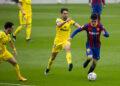 Pemain Barcelona Pedri (kanan).