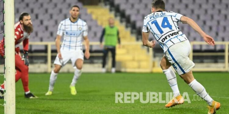 Gelandang Inter Ivan Perisic (kanan) mencetak gol kedua timnya pada pertandingan sepak bola Serie A Italia antara ACF Fiorentina dan FC Inter di stadion Artemio Franchi di Florence, Italia, Sabtu (6/2) dini hari WIB.