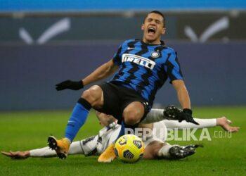 Alexis Sanchez while defending Inter Milan against Juventus in the Coppa Italia.